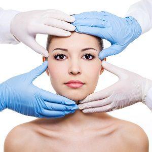 顔の骨格を小さくしようとしている女性の画像