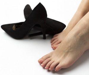 足に合わない靴と足の歪み