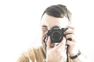 カメラマンが「顎を引いて」と言っている画像