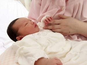 授乳クッションで授乳する女性