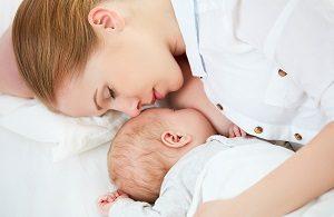 添い乳をしている女性