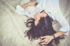 睡眠をとっている女性の画像