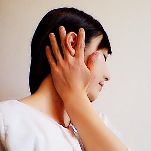 人差し指と中指で耳を挟んでいる画像