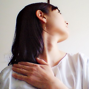 肩甲舌骨筋と僧帽筋(上部)をストレッチしている画像