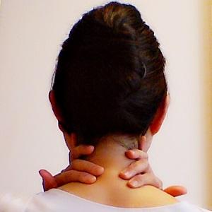 後頚部から鎖骨に向けてリンパを流している画像