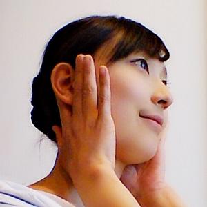 指で耳の前後を挟んでいる画像