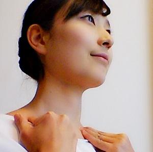 首のリンパ液を鎖骨へ流している画像