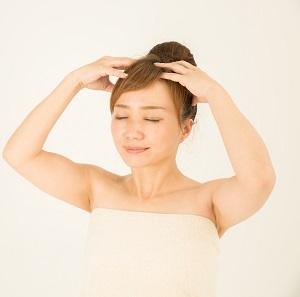 頭をマッサージする女性