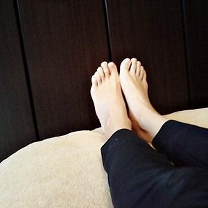 仰向けに寝ながら両足を閉じている画像